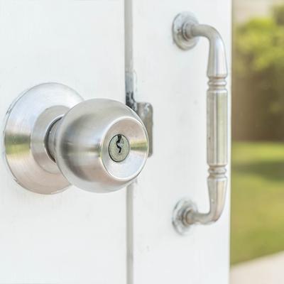 Detail dveří s klikou a bezpečnostním zámkem